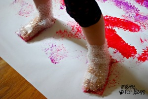 fun-and-creative-diy-bubble-wrap-stomp-painting-4